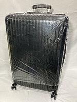 Большой пластиковый дорожный чемодан на 4-х колесах.Высота 74 см,ширина 47 см, глубина 27 см.