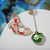 """Серьги эмаль """"Ночь"""" рыбка с ракушкой, цвет красно-зелёный в золоте"""