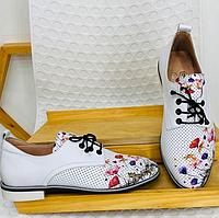 Туфли-лоферы с перфорацией и цветочным принтом, натуральная кожа