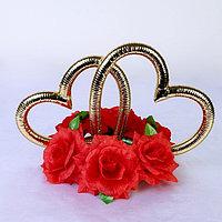 Кольца в форме сердца на подставке из красных цветов