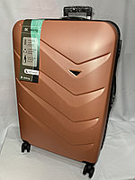 """Большой пластиковый дорожный чемодан на 4-х колесах""""Delong . Высота 77 см, ширина 48 см, глубина 30 см."""