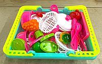 Корзина с посудой и фруктами