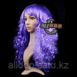 Парик искусственный с челкой длинный с легкими локонами 60 см фиолетовый