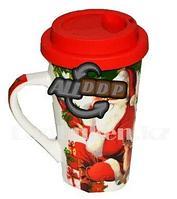 Кружка керамическая с силиконовой крышкой для кофе с новогодним принтом дед мороз, оленята