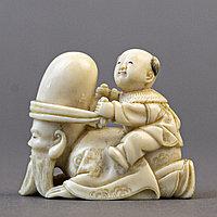 Нэцкэ «Карако играет с Фукурокудзю» символ ученой карьеры, мудрости и интуиции. Япония,