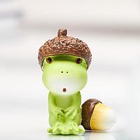 Сувенир полистоун миниатюра 'Лягушонок в шапке из жёлудя' 4,5х2,5х3,5 см