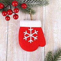 Мягкая подвеска 'Варежка с белый снежинкой' 8*6 см красный