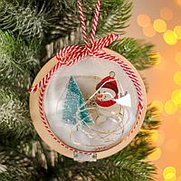Новогодний шар с деревянной фигуркой и подсветкой 'Снеговик и ёлка' 12х12 см