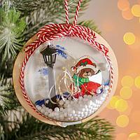 Новогодний шар с деревянной фигуркой и подсветкой 'Мишка и фонарь' 12х12 см