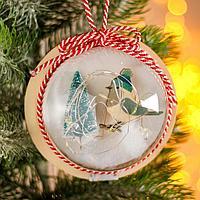Новогодний шар с деревянной фигуркой и подсветкой 'Птичка и ёлка' 12х12 см