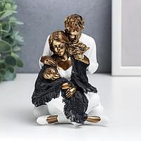 Сувенир полистоун 'Папа, мама и ребёнок в белой одежде, укрытые шарфом' 12,5х9х13,5 см
