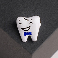 Брошь 'Зуб' красавчик, цвет белый