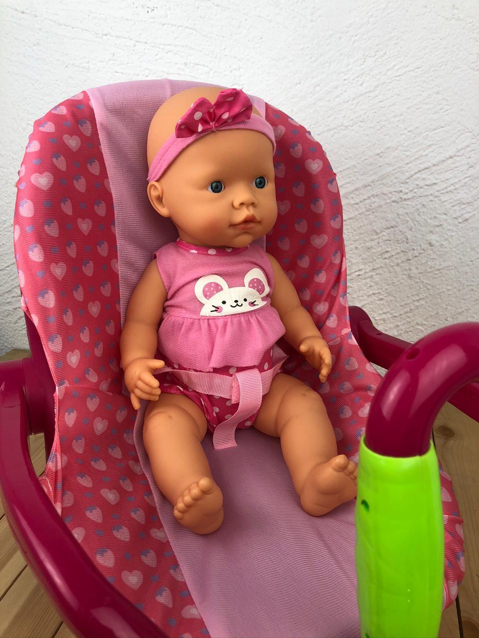 Кукла в автокресле