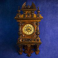 Настенные часы в резном корпусе. Часовая мастерская Hamburg Amerikanische Uhrenfabrik Германия. Конец XIX