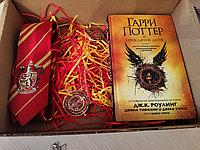 "Подарочный Бокс ""Книга Гарри Поттер и ПД+Кулон+Галстук Гриффиндор+Значок Гриффиндор"""