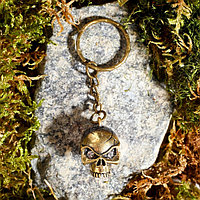 Брелок из латуни и янтаря 'Череп' 1.8х2.5 см