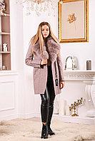 Женское пальто цвета пудра с меховым воротником