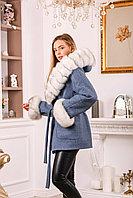 Женское пальто с меховыми манжетами и капюшоном