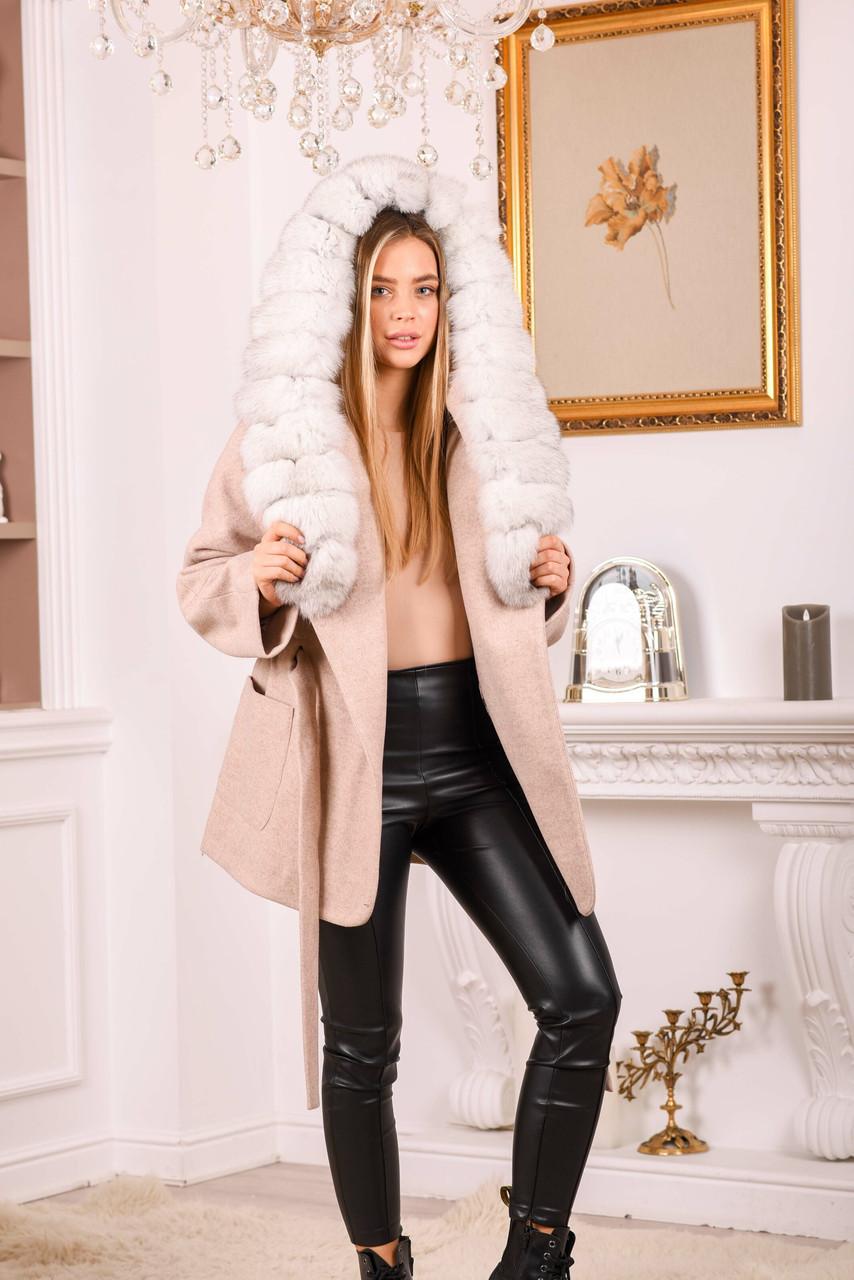 Женское пальто с белым мехом песца