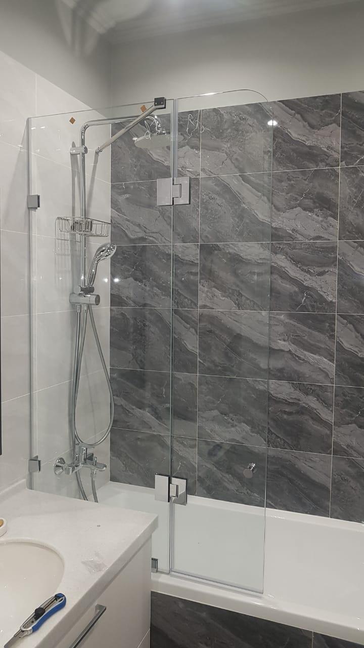 Шторка на ванну из стекла c распашной дверцей