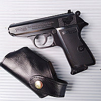 Зажигалка - пистолет с кожаным чехлом.