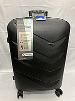 """Средний пластиковый дорожный чемодан на 4-х колесах"""" Delong"""". Высота 66 см, ширина 42 см, глубина 26 см."""