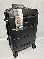 """Маленький пластиковый дорожный чемодан на 4-х колесах"""" Delong."""" Высота 55 см, ширина 35 см, глубина 22 см."""