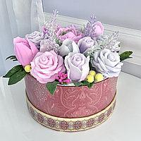 Букет в круглой коробке из мыльных цветов