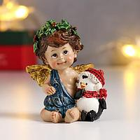 Сувенир полистоун 'Ангел-малыш с рождественским венком, с пингвином' 7,5х6,5х4,6 см