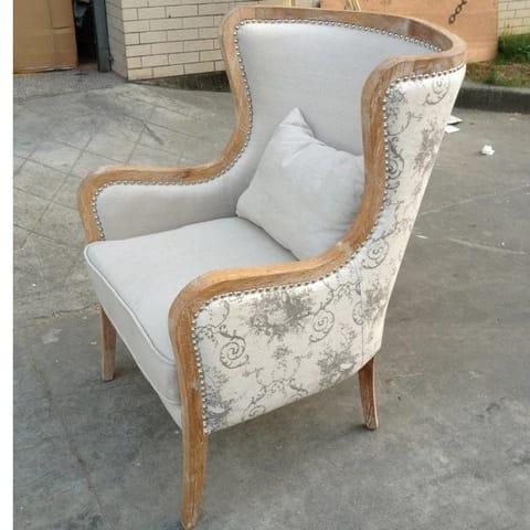 Кресло с резьбой на руке