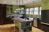 Зеленый можно назвать одним из самых уместных и предпочтительных цветов для интерьера кухни.