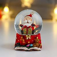 Сувенир полистоун водяной шар 'Дедушка Мороз с рождественским подарком' d6,5 см (комплект из 8 шт.)