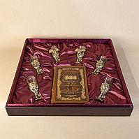 Великолепный подарочный комплект охотнику. антикварная книга и набор бронзовых стопок в охотничьем стиле.