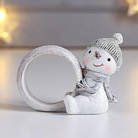 Сувенир полистоун кольцо для салфеток 'Снеговичок в вязаной зелёной шапке' 6х3,5х7,5 см