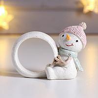 Сувенир полистоун кольцо для салфеток 'Снеговичок в вязаной розовой шапке' 6х3,5х7,5 см
