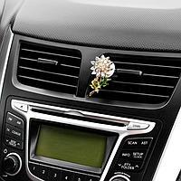 Украшение в дефлектор автомобиля 'Цветочек'