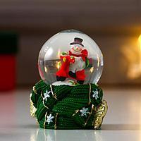 Сувенир полистоун водяной шар 'Дед Мороз/Снеговик на мопеде' тёплый шарф МИКС 6,5х4,5х4,5 см 64361 (комплект