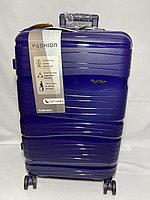 """Средний пластиковый дорожный чемодан на 4-х колесах"""" Fashion"""". Высота 64 см, ширина 41 см, глубина 25 см."""