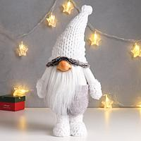 Кукла интерьерная 'Дед Мороз в сером комбинезоне и белом меховом колпаке' 52х12х19 см