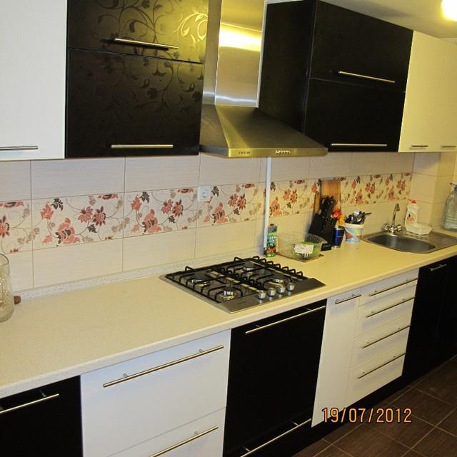 Кухня черно-белая с глянцевым теснением