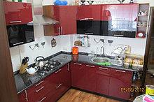 Кухня с бордовыми фасадами с акрилом