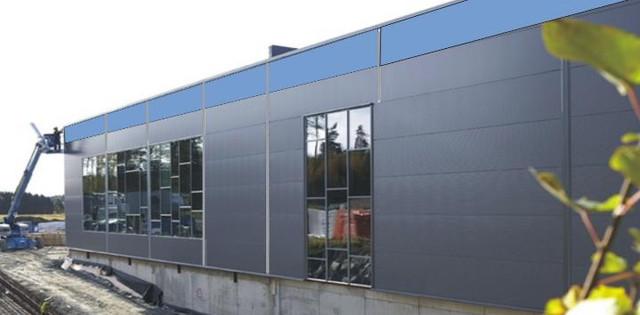 Монтаж модулей БенеСан на стене промышленного предприятия (Солнечные лучи придают модулям БенеСан красивый голубой цвет)