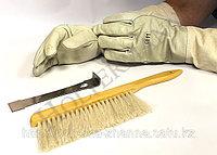 Перчатки, стамески и щетки в ассортименте