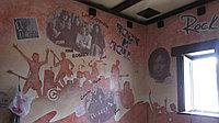 Роспись стен в пабе в технике коллаж.