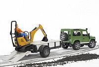 Внедорожник Land Rover Defender c прицепом-платформой, гусеничным мини экскаватором 8010