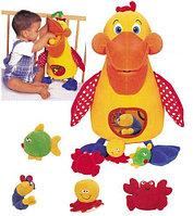 """""""Голодный"""" пеликан с игрушками"""