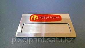 Бейдж на серебре со сменной информацией на металле цветной с магнитным креплением