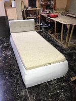 Кровать из белой кожи с подъемником