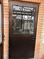 Дверь с кованой решеткой и стеклопакетом
