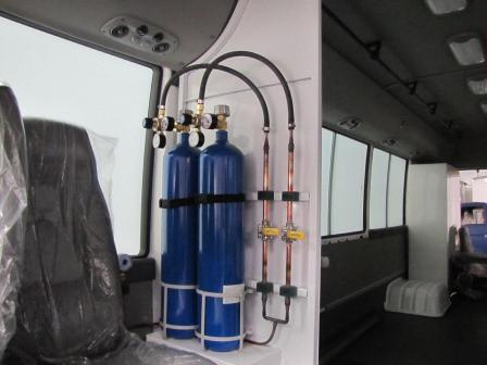 Оснащение реанимобилей на базе автомашин Hyundai, точками доступа к кислороду - медицинским клапанамидля возможности подключения для кислородной ингаляции и для аппаратов ИВЛ, кислородными баллонами с